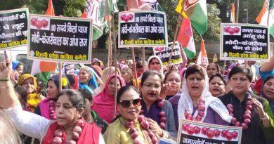 Delhi Congress Launches Onion Protest Against Modi and Kejriwal on December 2, 2019 in Delhi. Photo: Congress