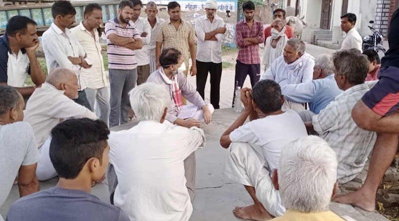 Swaraj India president Yogendra Yadav spreading coronavirus awareness among people who are defying social-distancing and face mask guidelines. Photo: Swaraj India