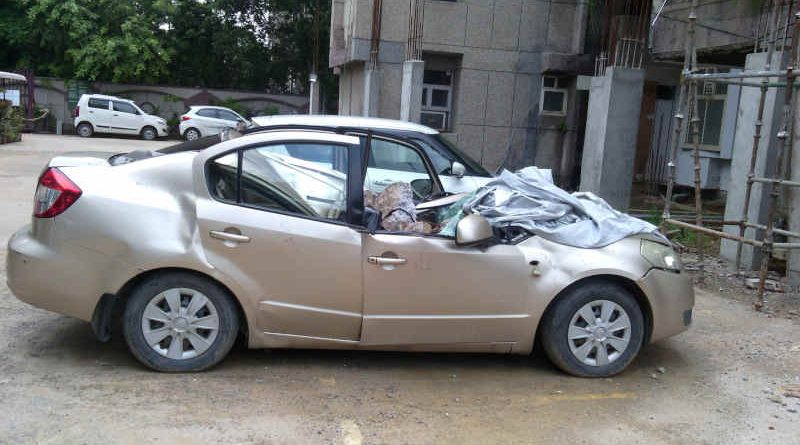 FAR construction at DPS CGHS (Sector 4, Dwarka, New Delhi) is causing serious accidents in the building. A car (pictured above) was damaged when a large stone fell on it during the construction activity. Photo of August 17, 2020.