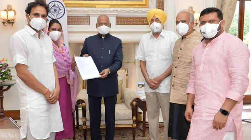 Leader of Shiromani Akali Dal (SAD) Ms Harsimrat Kaur Badal along with other leaders meeting the President of India Ram Nath Kovind in New Delhi on July 31, 2021 to get the farm laws repealed. Photo: SAD
