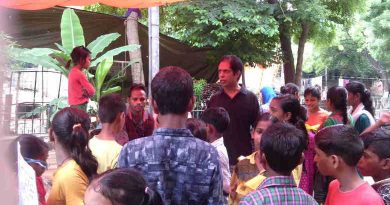 Rakesh Raman explaining the benefits of modern alternative education to people in a street of Delhi. Click the photo to know the details of the education awareness campaigns that he is running.