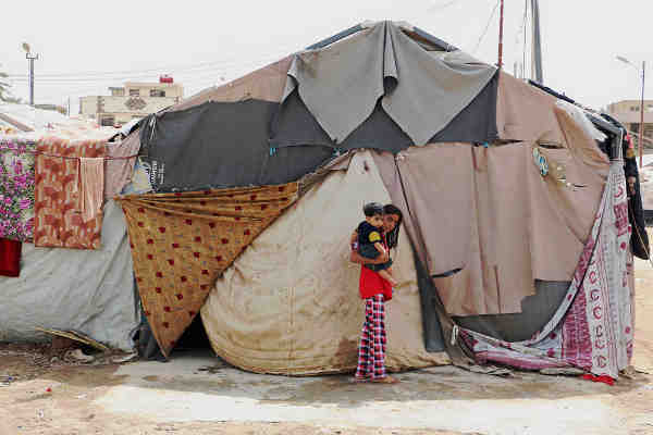 The family living in this tent in Baghdad, Iraq, explained that the camp and the tents were not ready for winter. September 2015. Photo: WFP / Mohammed Al Bahbahani