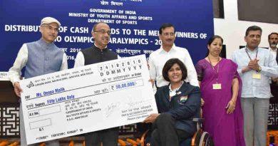 Vijay Goel distributing the cash Award to Ms. Deepa Malik, the medal winner of Rio Olympics / Paralympics 2016, at a function, in New Delhi on October 24, 2016