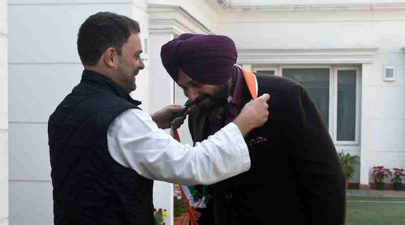Congress leader Rahul Gandhi welcomes Navjot Singh Sidhu into the Indian National Congress. Photo: Congress (file photo)