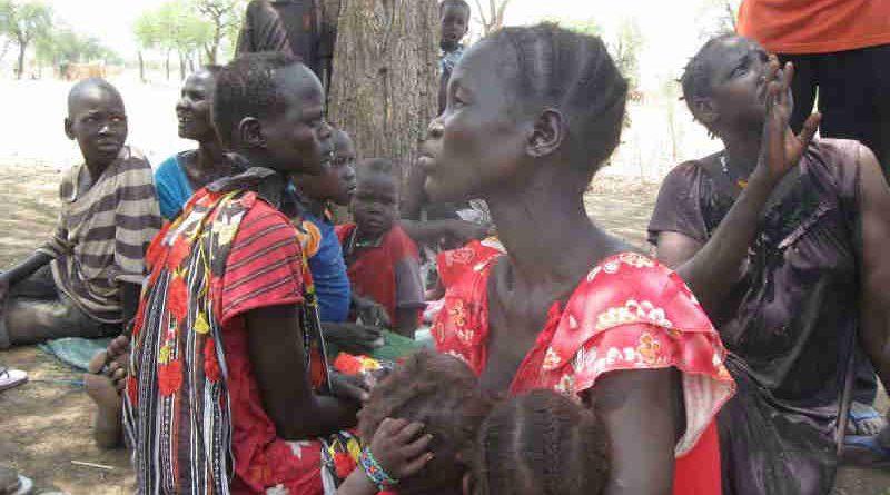 Displaced women and children under a hot sun in South Sudan. Photo: UN