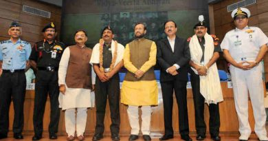 "Prakash Javadekar honoured the Param Veer Chakra heroes, at the inauguration of the ""VIDYA, VEERTA ABHIYAAN"", in New Delhi on May 02, 2017"