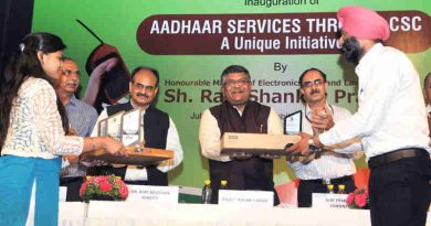 """The Union Minister for Electronics & Information Technology and Law & Justice, Shri Ravi Shankar Prasad presenting the award for outstanding performance, at the inauguration of the workshop on """"Aadhaar Services - A Unique Initiative through CSC"""", in New Delhi on July 11, 2017."""