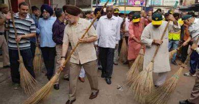 India's Minister of Housing & Urban Affairs Hardeep Singh Puri participating in 'Swacchata Hi Sewa' campaign at Sarojini Nagar Market in NDMC area on September 17, 2017.