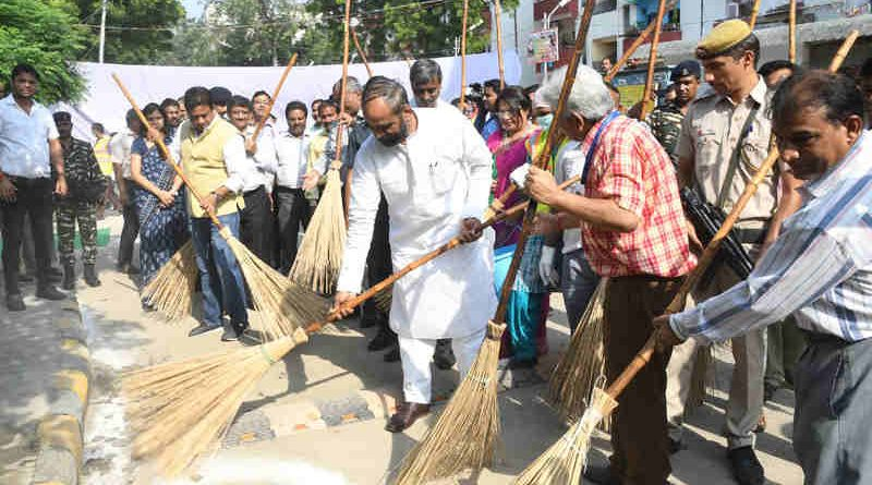 The Minister of State for Home Affairs, Shri Hansraj Gangaram Ahir participating in Swachhta Hi Sewa Programme, in New Delhi on September 26, 2017.