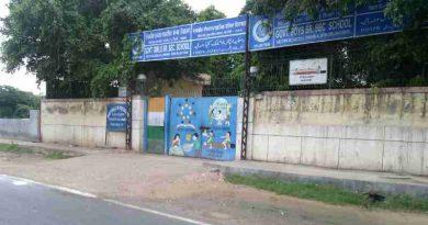 स्कूल की बिल्डिंग स्कूल नहीं है। स्कूल का अर्थ तो स्कूल की पढ़ाई है, जो किसी स्कूल में नहीं हो रही। Photo by Rakesh Raman / RMN News Service