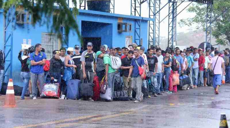 Venezuelans wait outside the Federal Police office in the Brazilian border city of Pacaraima. The office is responsible for receiving Venezuelans seeking asylum or special permits to stay in Brazil. Photo: UNHCR / Reynesson Damasceno