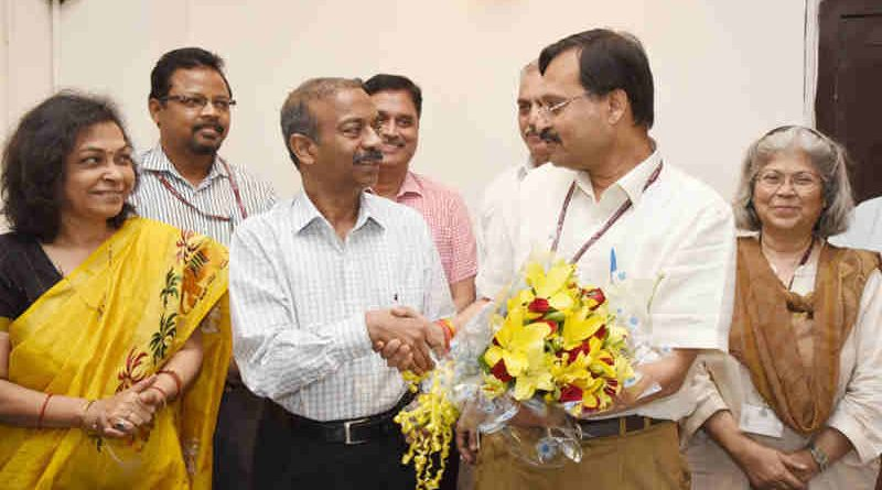 The outgoing Secretary, Ministry of Information and Broadcasting, Shri N.K. Sinha welcomes the new Secretary, Ministry of Information and Broadcasting, Shri Amit Khare, in New Delhi on May 31, 2018.