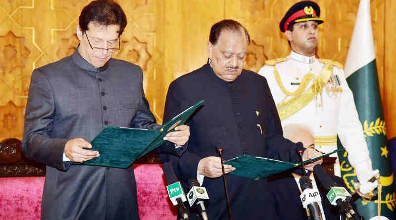 PRESIDENT MAMNOON HUSSAIN ADMINISTERING THE OATH OF OFFICE TO IMRAN KHAN AS PRIME MINISTER DURING THE OATH TAKING CEREMONY AT THE AIWAN-E-SADR, ISLAMABAD ON AUGUST 18, 2018.