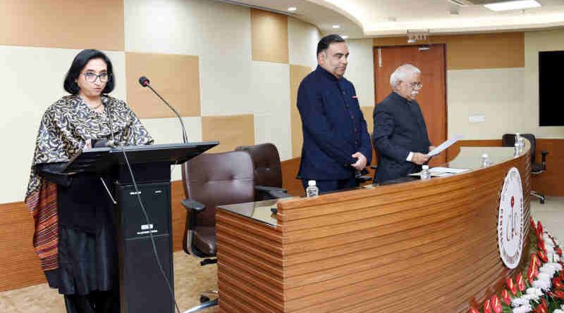 The Chief Information Commissioner, Shri Sudhir Bhargava administering the oath of office to the newly appointed Information Commissioner, Smt. Vanaja N. Sarna, in New Delhi on January 01, 2019.