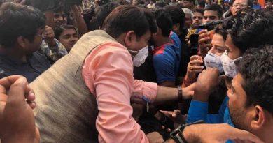 BJP state president Manoj Tiwari distributing masks in Delhi. Photo: Delhi BJP