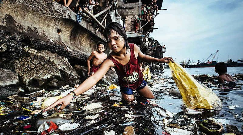 UNICEF Photo of the Year 2019: Garbage, the Children and Death. Photo: UNICEF / Hartmut Schwarzbach, Germany (Argus Photo Agency)