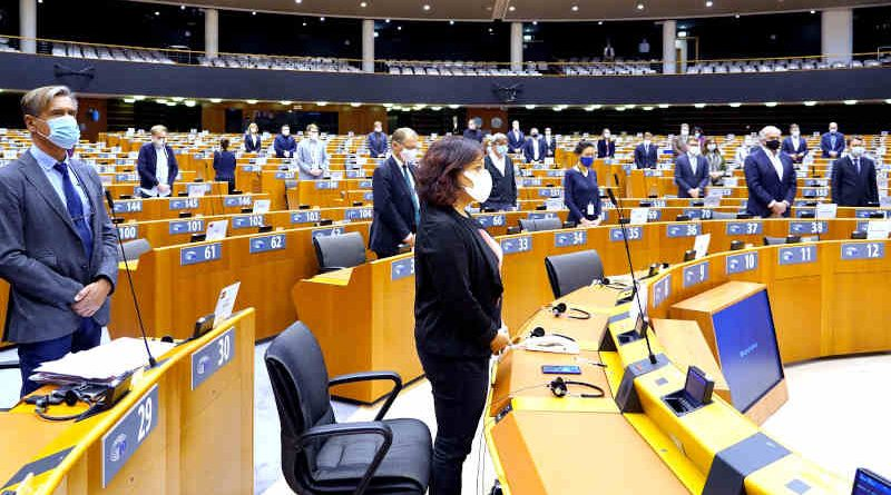President Sassoli led MEPs in a minute of silence on November 11, 2020 to remember victims of recent terrorist attacks in France, Germany and Austria. Photo: EU 2020-EP